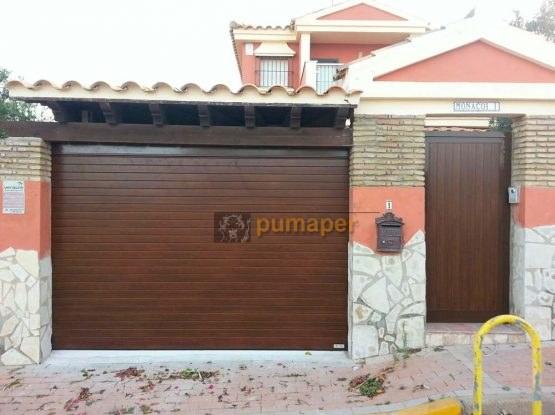 Cierre enrollable aluminio recto doble pared imitación madera con puerta peatonal