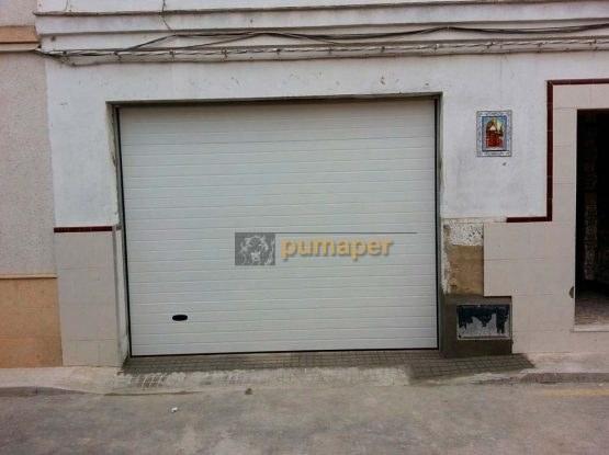 Puerta seccional instalada en Jerez, Cádiz